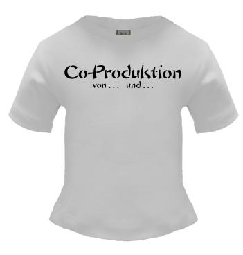 weisses T-Shirt mit dem Spruch - Co Produktion von... und...