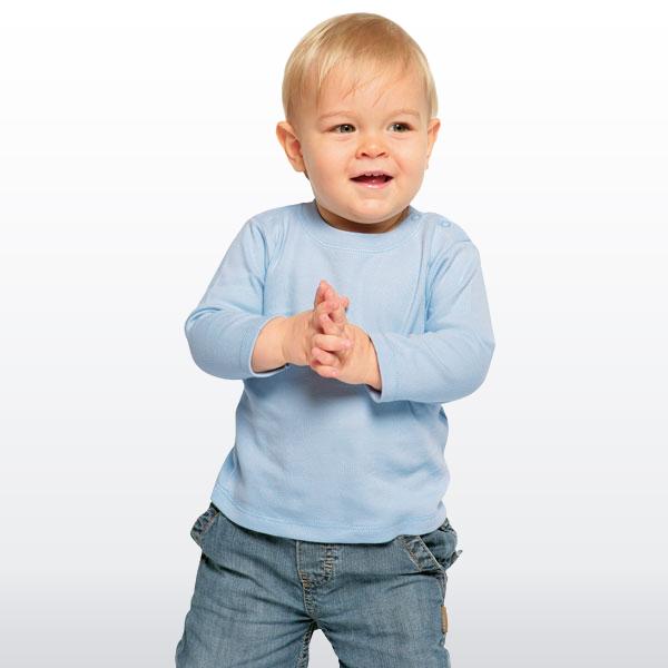 Die Frage, was man denn morgens in der Übergangszeit wohl anziehen soll, lässt sich also relativ einfach beantworten: Ein Langarmshirt. Ob von ESPRIT, NAME IT oder einer anderen modernen Marke – bunte Motive bieten sie fast alle.